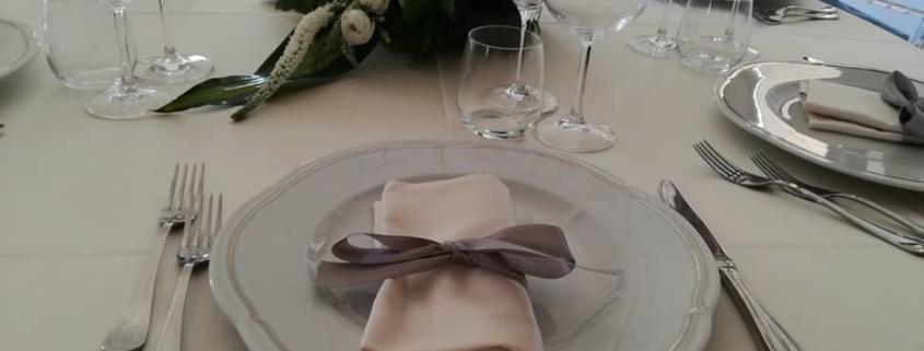 tavola allestita per matrimonio nel castello in puglia