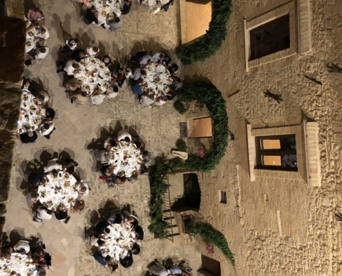 vista dall'alto cortile banchetti castello marecsa
